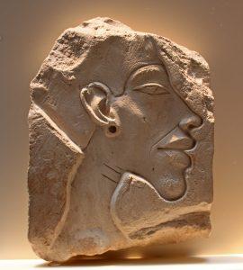 Firavun Akhenaten'i tasvir eden kabartma.